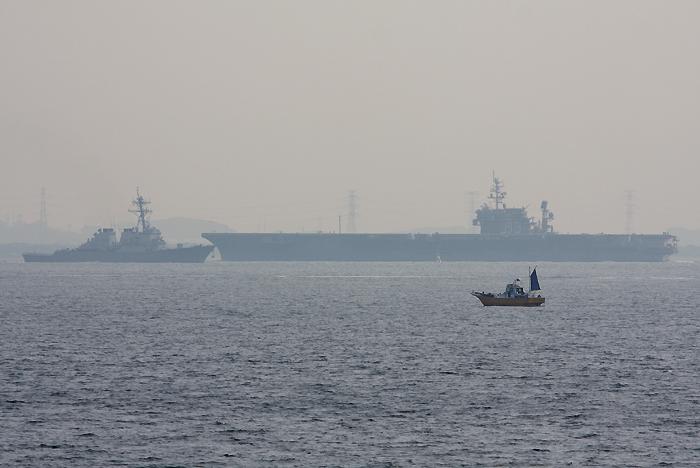 浦賀水道で行き交う空母キティホークとミサイル駆逐艦ステザム