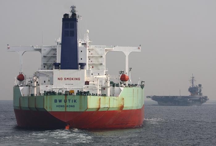 2008年4月4日 浦賀水道航路を北航する空母キティホークとタンカーBW