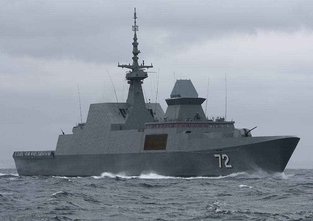 2010年4月16日 浦賀水道航路を南航するシンガポール海軍のフリゲイト