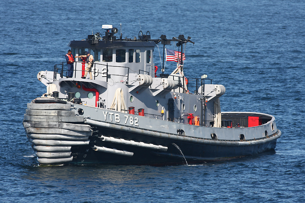2010年7月17日 浦賀水道にて曳船マニスティー USS Manistee YTB-782