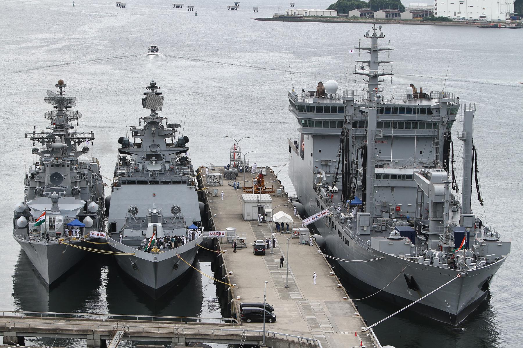 2012年6月5日 横須賀に寄港、吉倉桟橋に碇泊したインド海軍艦艇