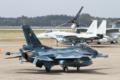 [飛行機]平成26年度航空観閲式 地上滑走展示を行う第6飛行隊のF-2A (93-8551)