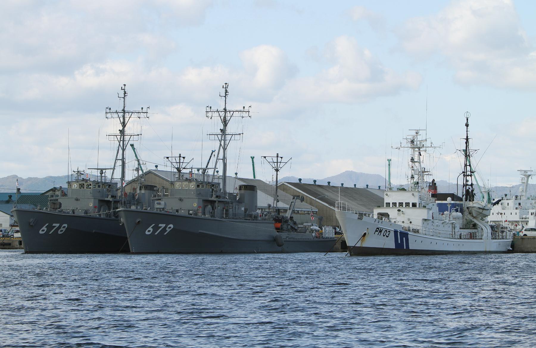 函館基地隊に並ぶ掃海艇と巡視艇
