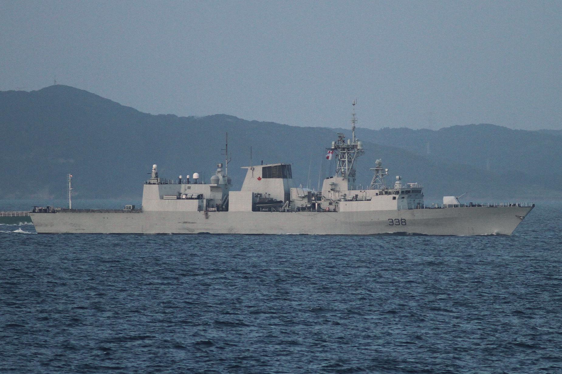 2017年7月15日 浦賀水道航路を南航するカナダ海軍のハリファックス級