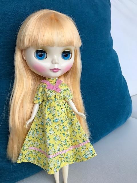 花柄レトロな洋服を着るブライスのbunちゃん