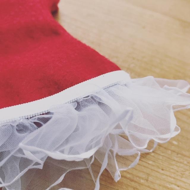 赤いフェルトの洋服に白いフリル