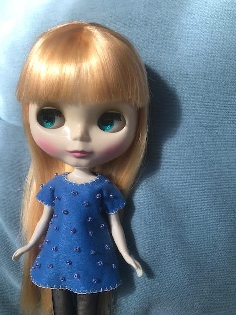水玉ビーズ刺繍の洋服を着たbun