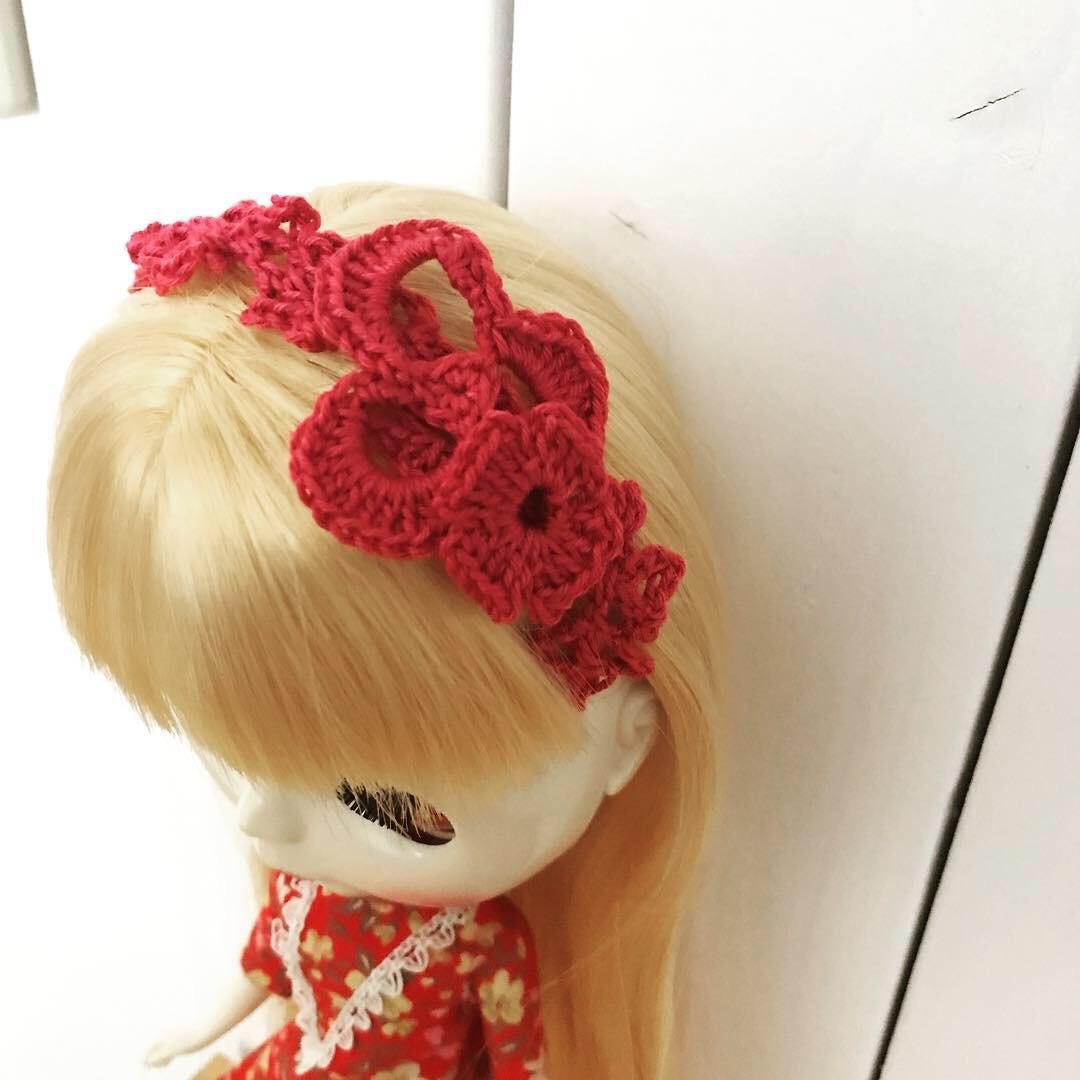 かぎ編みでヘアアクセサリーを作りそれをつけているブライスbunちゃん