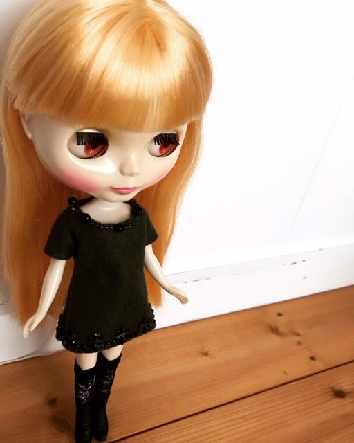 編み上げのハイソックスを履いて黒い洋服のブライスbunちゃん