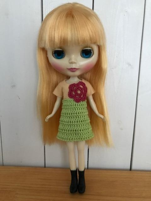 フェルトとかぎ編みのスカートを着るブライスbun.