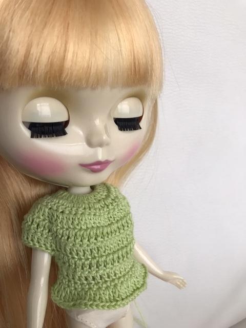 編み途中の洋服を着ているブライスbun。