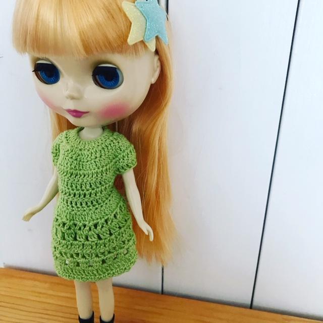 かぎ編みのワンピを着るブライスbun。