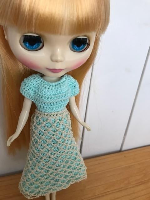 モチーフエプロンをつけたかぎ編みのロングワンピ