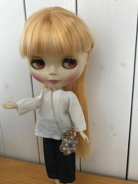 ブライスbunちゃんがバッグと合わせてポーズをとっている。