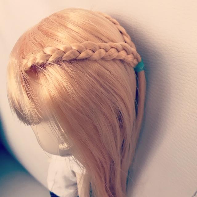 ブライスbunちゃんの髪の毛を、三つ編みしている