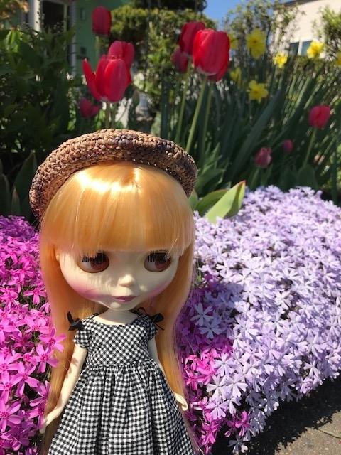きれいなお花の前で写真を撮るブライスbunちゃん
