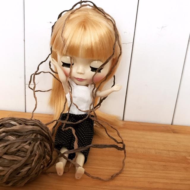 編み糸に絡まっているブライスbun