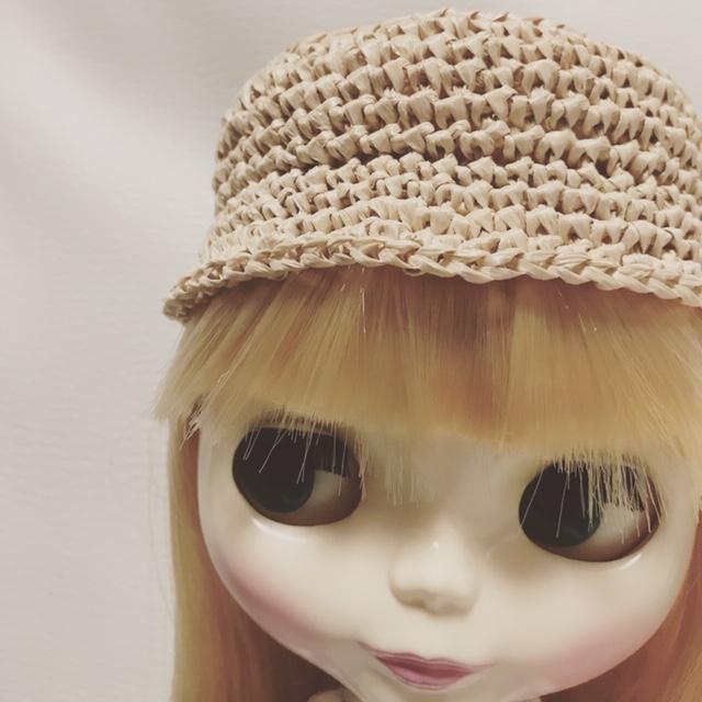 編んだ帽子をかぶるブライスbun