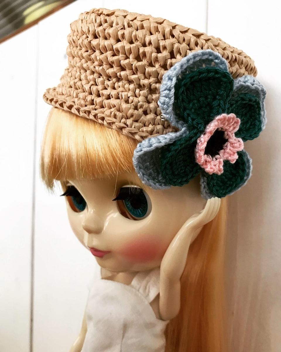 帽子についているアクセサリーを触っているブライスbun