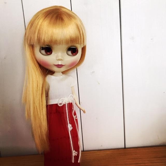 白のTシャツに赤のマキシワンピを着るブライスbun