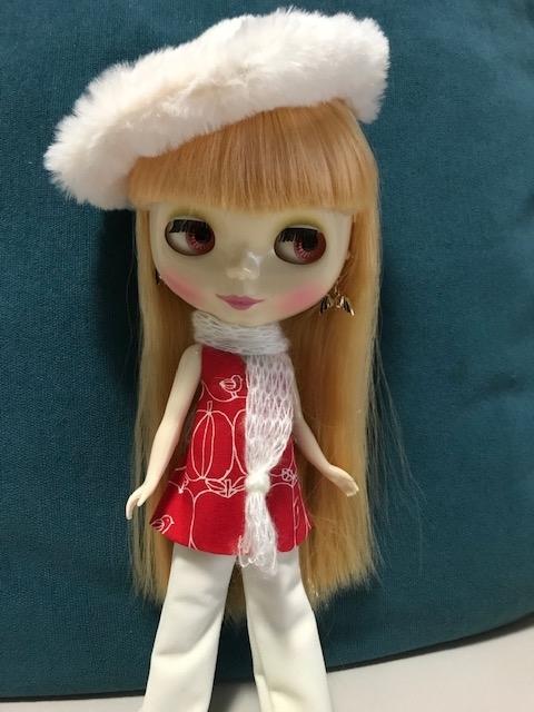 りんご柄の洋服に白いパンタロンのブライスbunちゃん