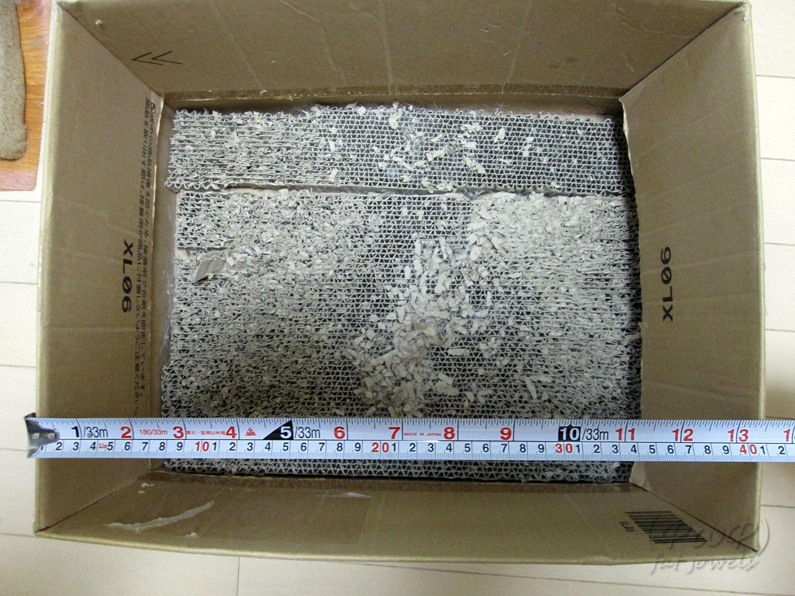 段ボール箱の大きさを巻尺で測ります