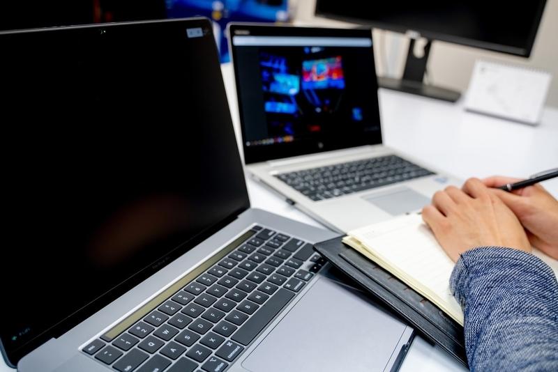 共用のパソコンはアルコール消毒を欠かさない