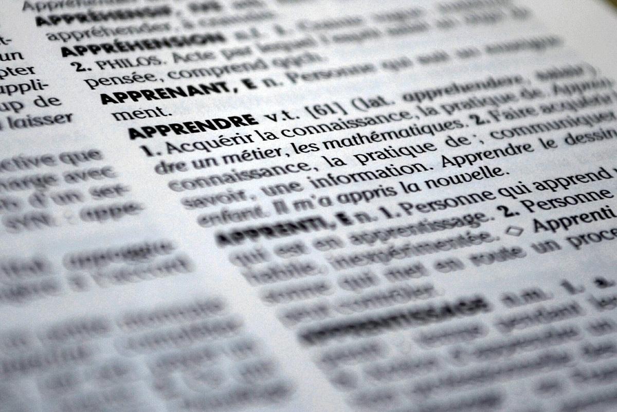 AGA(男性型脱毛症)とは何かを辞書で調べようとしている