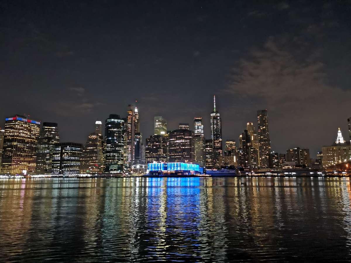 ブルックリン ブリッジ パークからマンハッタンの夜景をNOVA 5Tのカメラで撮影した