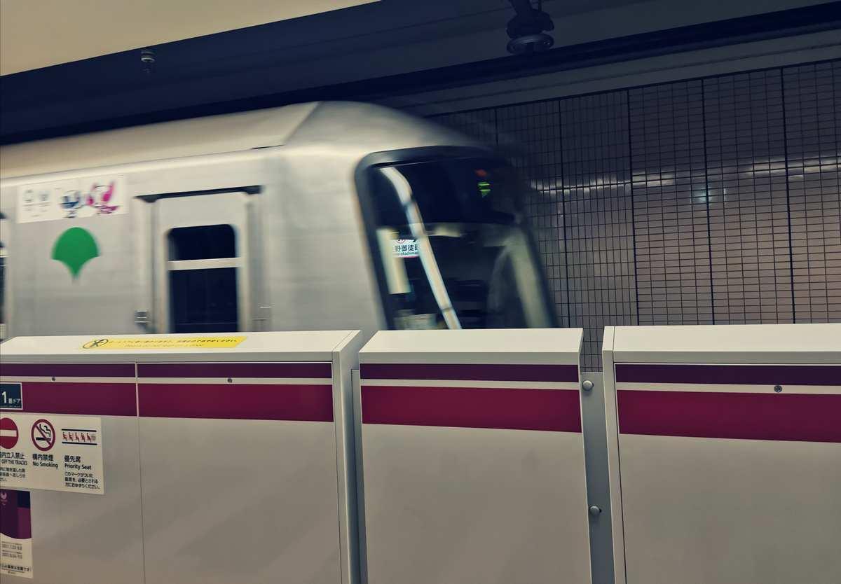 新御徒町駅を走りゆく都営大江戸線。