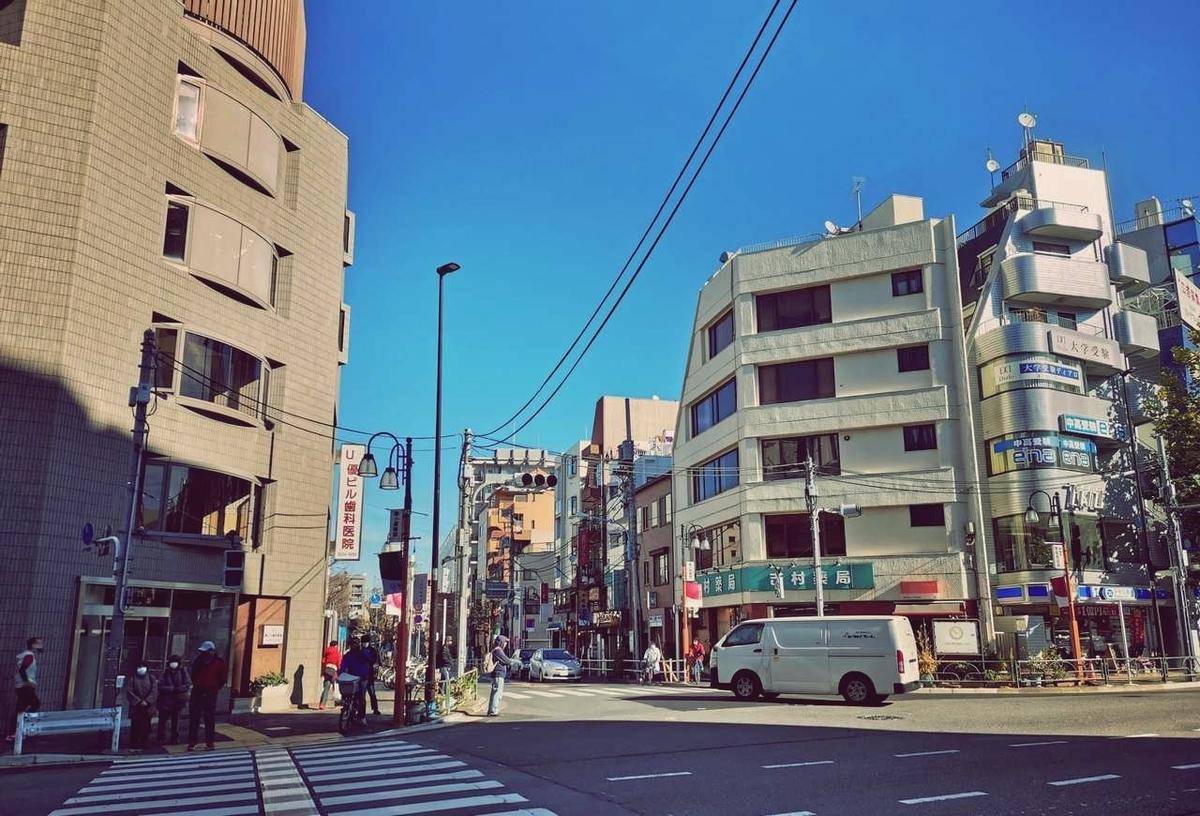 早稲田駅2番出口で撮影。