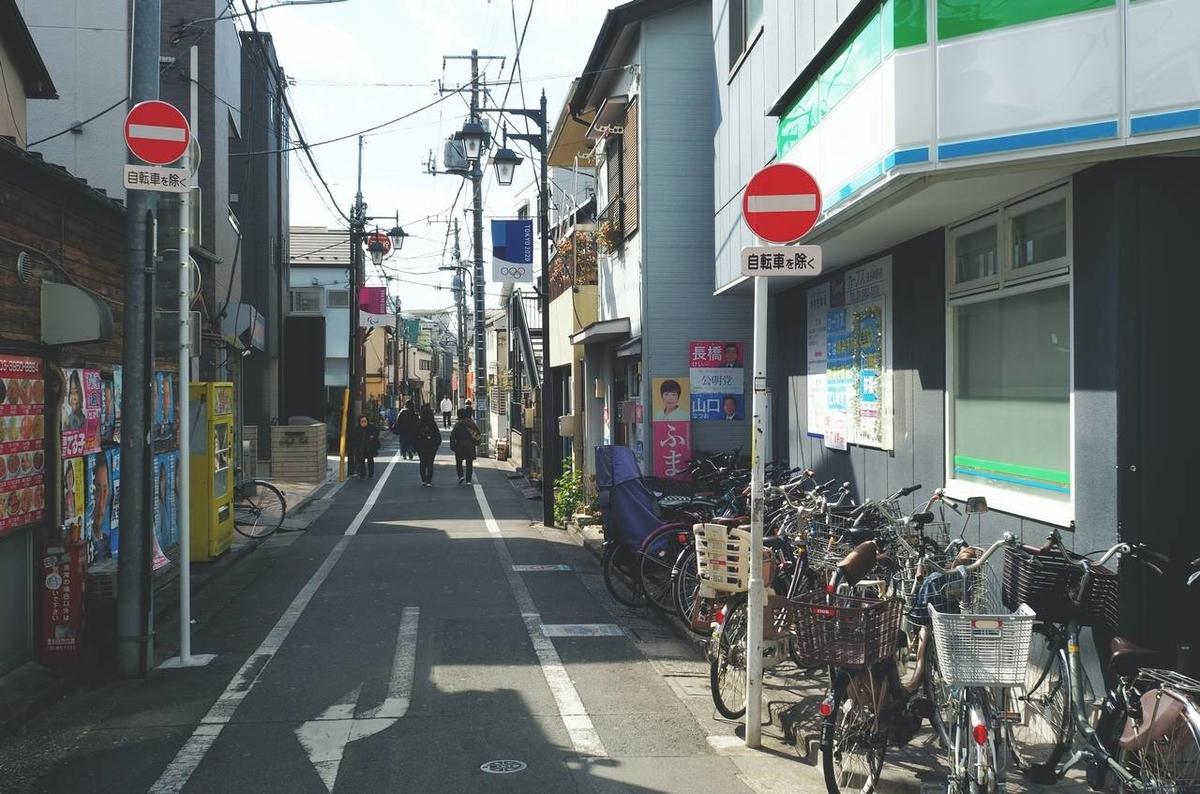 西武池袋線の東長崎駅の南側の小道で写真を撮影