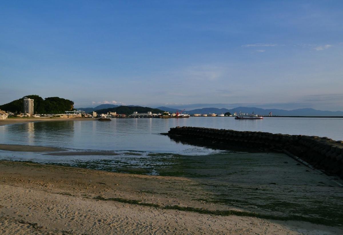 梅津寺駅は海と面している。海の向こうには松山空港も見える。
