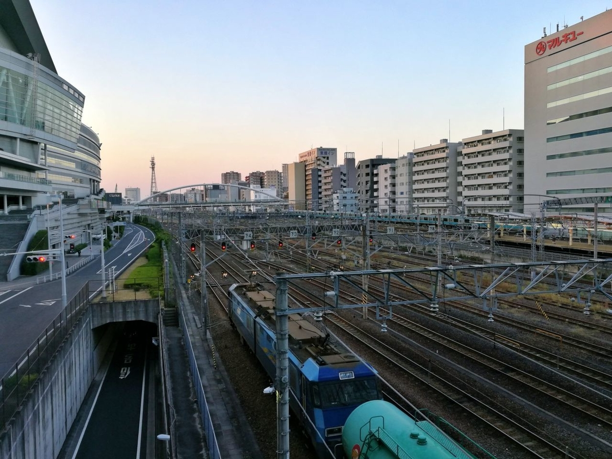 さいたま新都心駅の東西自由通路から見る線路。