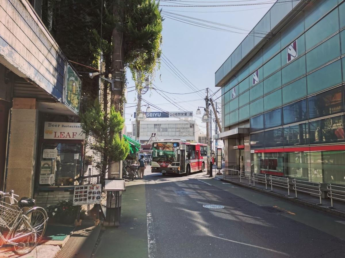 「上石神井駅西」の交差点から駅の方を見る。