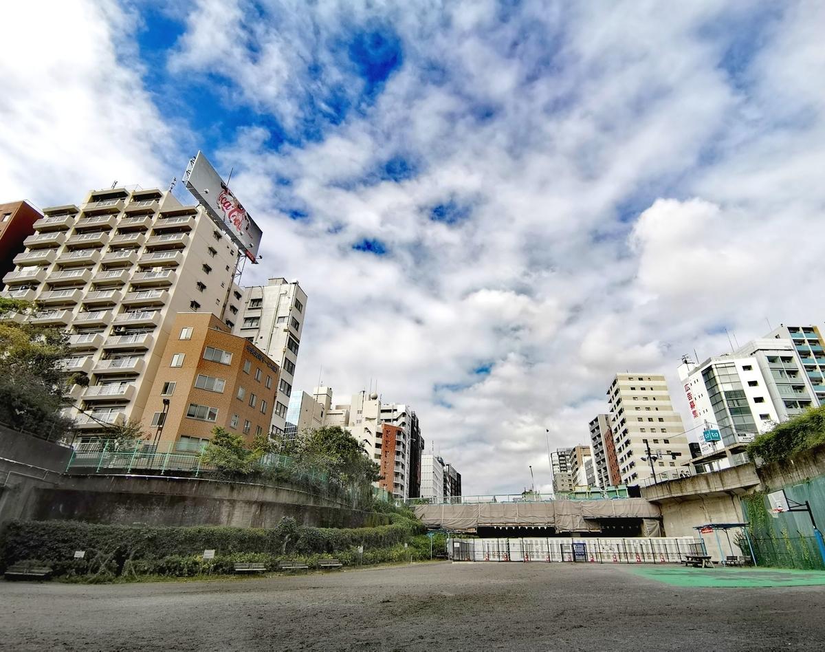 築地川公園から見た東京メトロ有楽町線新富町駅6番出入口