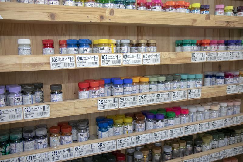 たくさんの塗料が壁に並んでいます!