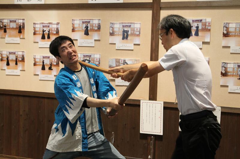 松下さんから天然理心流剣術の説明を受ける筆者。