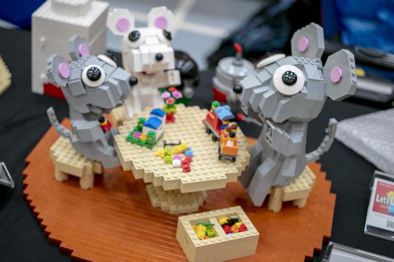 キュートなネズミの家族が楽しく遊んでいます。