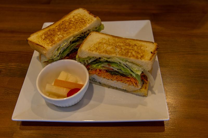 サンドイッチを自然光の差さない店内で正面から撮った写真。