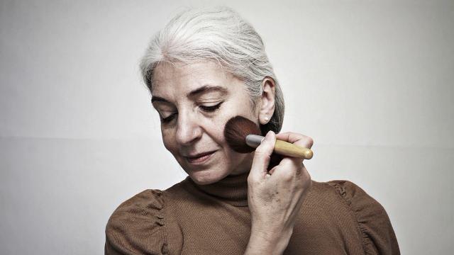化粧をする高齢者