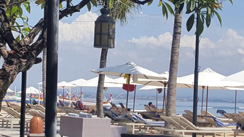 バリの海辺 サンラウンジャーがたくさん並んでいる