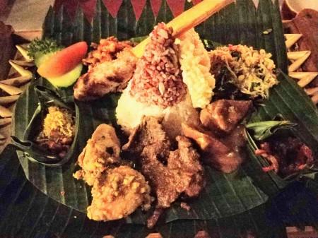 バナナの葉を重ねた皿の中央にご飯、周りにいろいろな料理が盛り付けられている