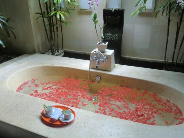 たくさん赤い花を浮かべた浴槽