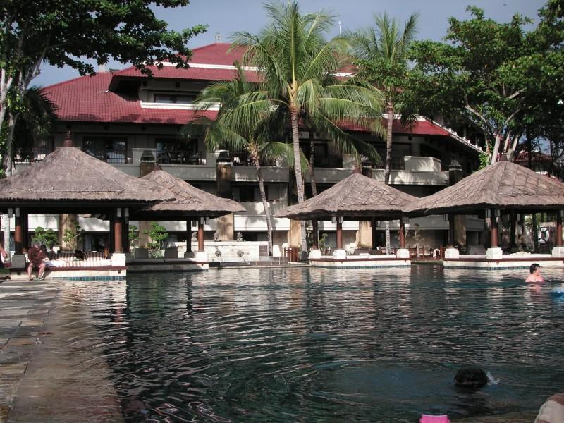 南国の豪華なホテルのプールサイド
