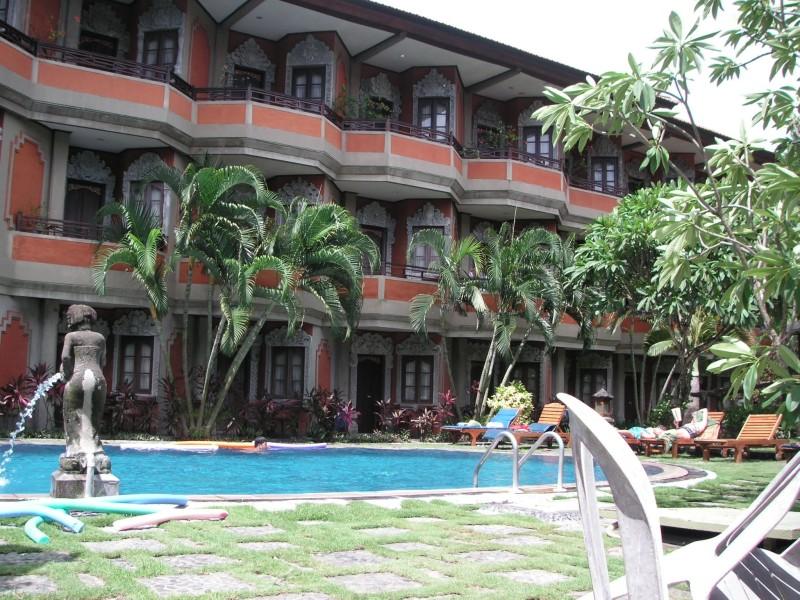 プールの向こうに三階建てのホテル