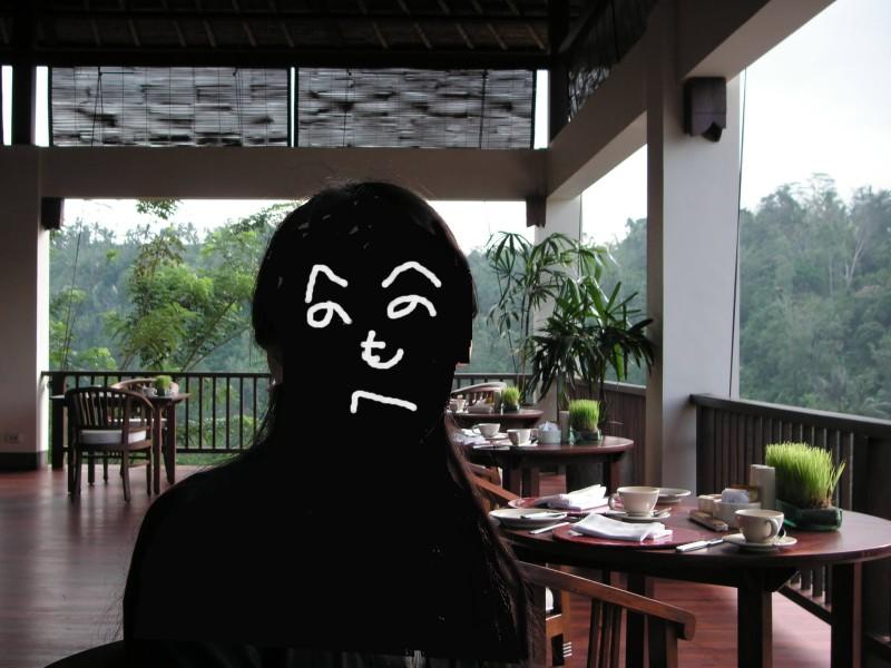 リゾートホテルのレストラン、公開できない人の顔が「へのへのもへじ」で上書きされている画像