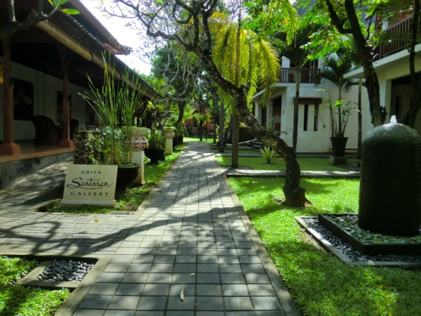 バリ島のホテル グリヤサントリアンの庭の小道