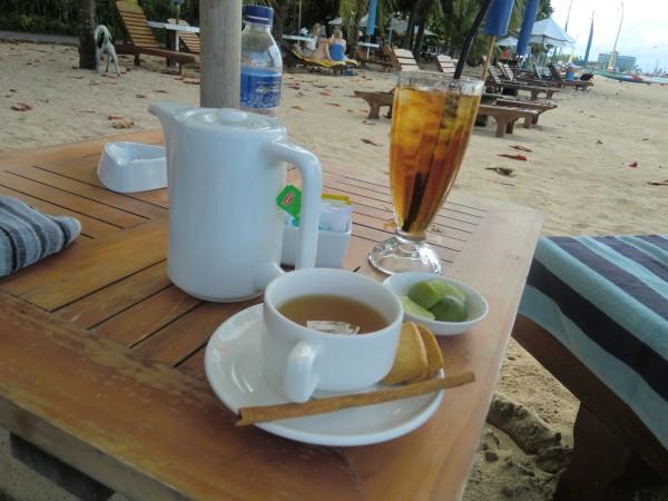 砂浜のテーブルに、飲み物が置かれている