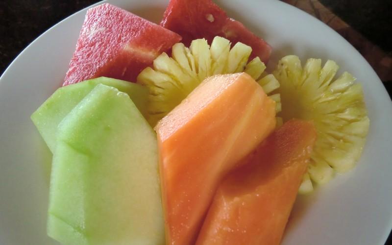 皿の上の南国フルーツ メロン、マンゴー、パイナップル、すいか